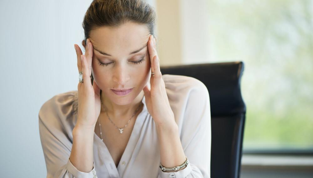 MIGRENE: Migreneanfall kjennetegnes ofte med en aura, etterfulgt av kvalme og oppkast. Flere blir liggende med langvarig migrene, og da er det på tide å oppsøke legen.