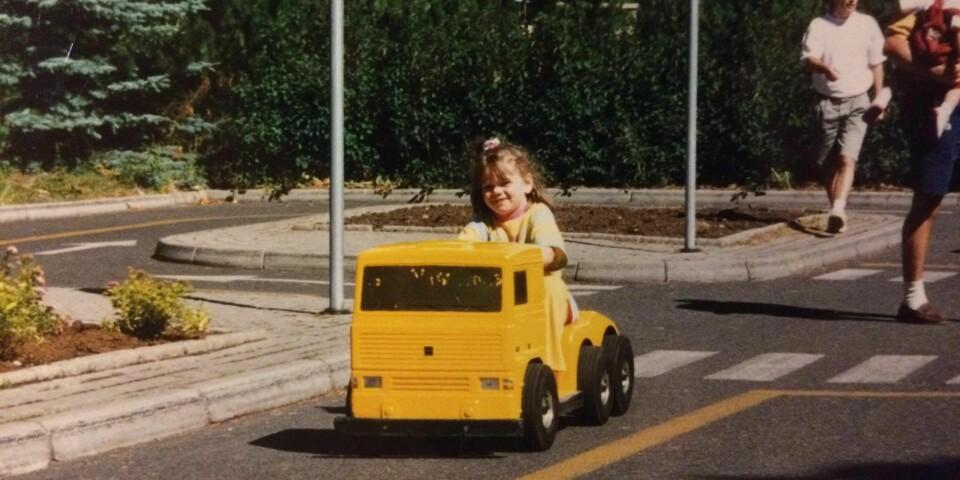 UTELIV: - Jeg ville ut og kjøre om kapp med de andre, leke i sandkassa, lage sandslott, fylle tilhengeren til lekebilen med sand og grave etter fargerike steiner jeg kunne fylle lommene mine med, skriver Lisa FOTO: Privat