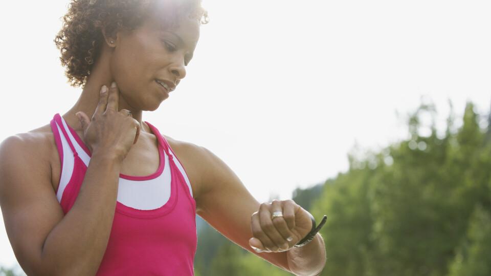 HVORDAN FINNE MAKSPULS: Å måle makspulsen kan være nyttig for å vite om du ligger i riktige pulssoner på trening. Vi viser deg hvordan du kan måle makspulsen din. FOTO: Getty Images.