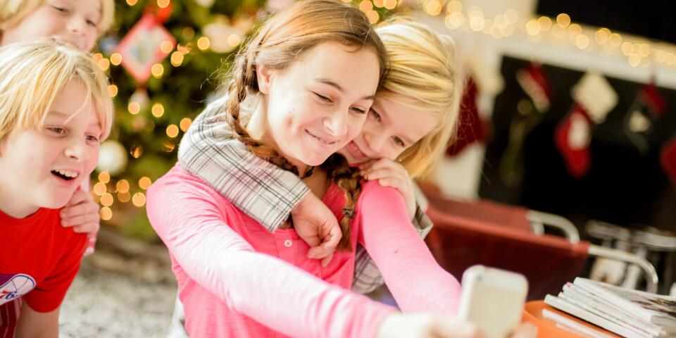 JULEGAVER TIL UNGDOM: I dag er ungdommen mest opptatt av mobilen sin, så hva kan du gi dem til jul? Foto: Gettyimages.com.