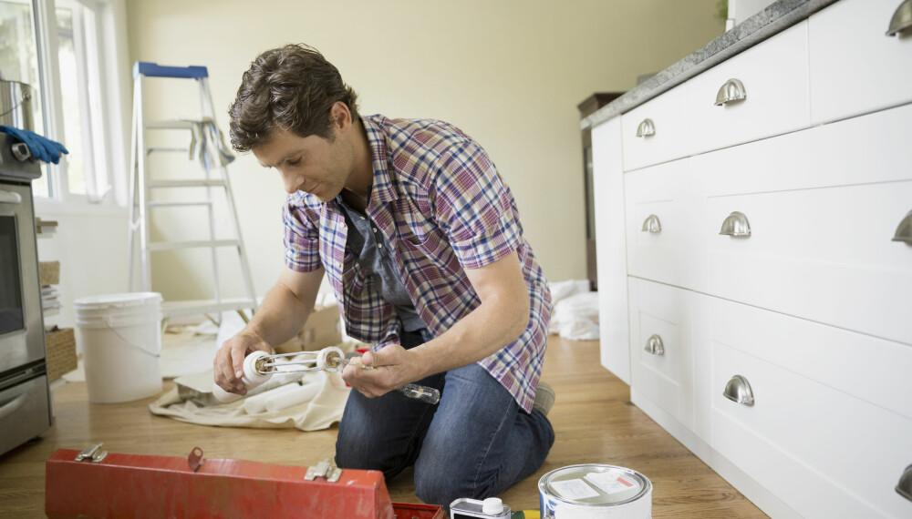 MALE KJØKKENINNREDNING: Kjøkkenfronter kan enkelt fornyes med et strøk maling. Sjekk hvordan du maler kjøkkeninnredning her!