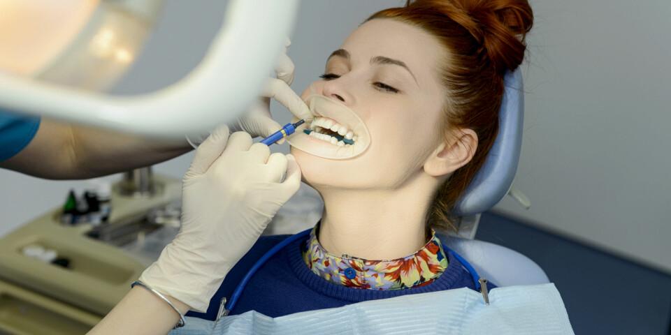 TANNBLEKING HOS TANNLEGEN: Hvis du har lyst til å prøve tannbleking hjemme, kan det være lurt å finne ut av det i samråd med tannlegen. FOTO: Getty Images.