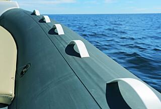 HOLD FAST: Skal mange være ombord må pongtongen fungere som sitteplass. (FOTO: Terje Bjørnsen)