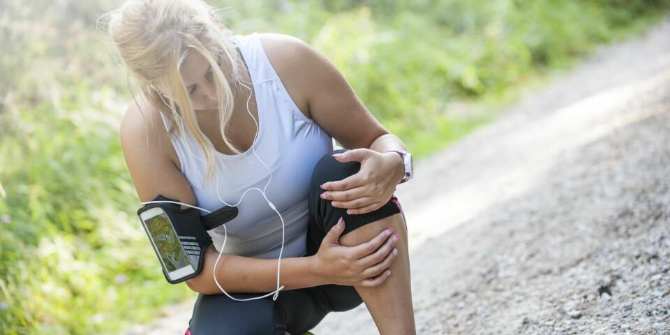 VONDT I KNEET ETTER LØPING: Opplever du smerte i kneet etter eller under løping? Eller strekk i leggen under løping? Dette er noen av årsakene. FOTO: Getty Images.