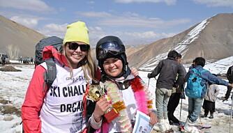 ARRANGØR: Henriette (til venstre) har arrangert mange skirenn i Afghanistan. Her er hun med Fatima som vant Afghan Ski Challlenge i sin andre sesong. FOTO: Bamiyan Ski Club.