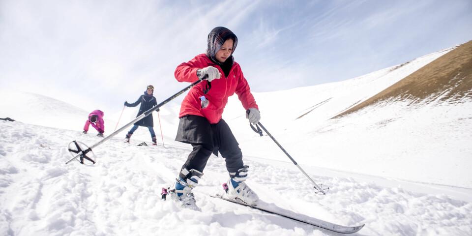 FART: Jentene terper på å lære å regulere farten på ski i Gumbatak Valley. FOTO: Candice Lau.