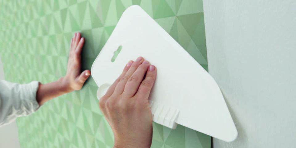 HVORDAN TAPETSERE:: Mange erfarer at å tapetsere kan være en vanskelig jobb. Fibertapet er derfor redniingen for mange. Her rulles limet på veggen og så legges tapeten. Deretter bruker du sparkel eller børste for å stryke den ut.