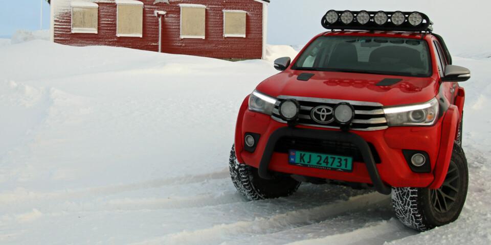TØFFING: Nye Toyota Hilux med Arctic Trucks-ombygging og filmeffekter. (FOTO: Martin Jansen)