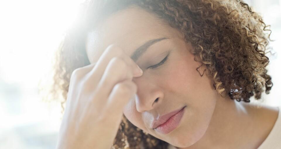 TETT NESE: Opplever du tett nese i forbindelse med forkjølelse er det ikke farlig, men har du kronisk tett nese bør du tenke på et legebesøk. FOTO: Getty Images.