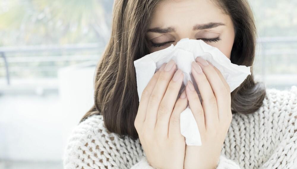 RENNENDE NESE: Rennende nese over tid kan være allergi, mens det over kortere tid kan være forkjølelse eller bihulebetennelse. Hvordan vet du hva rennende nese skyldes? FOTO: Getty Images.