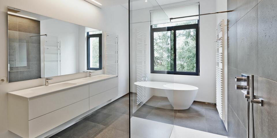 BADEROMSPLATER, BADEROMSPANEL OG VÅTROMSPLATER: Hva skiller egentlig disse tre typene? Og er det mulig å montere baderomsplater selv? FOTO: Getty Images.