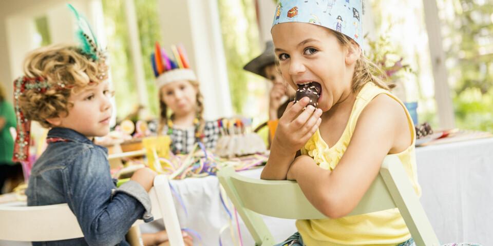 SUNN BARNEBURSDAG: Fremfor å servere kake, is og gelé kan du gi barna sunne alternativer. Å invitere til sunn barnebursdag er ingen problem. FOTO: Getty Images.
