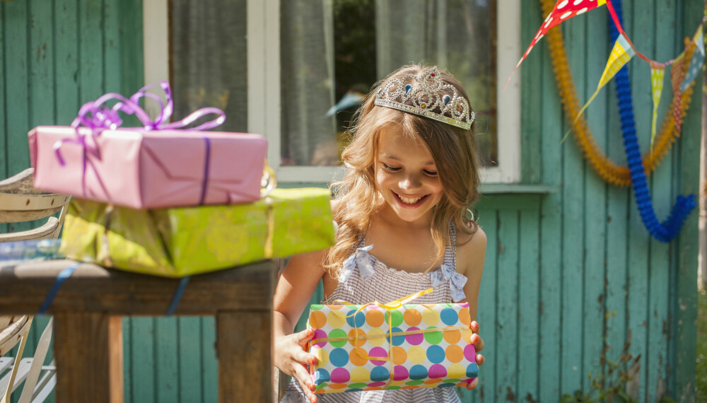 GAVER TIL BARN: Hvor mye penger skal du egentlig legge i bursdagsgaven til barna? Det kan være flauere å gi for mye enn for lite. FOTO: Getty Images.