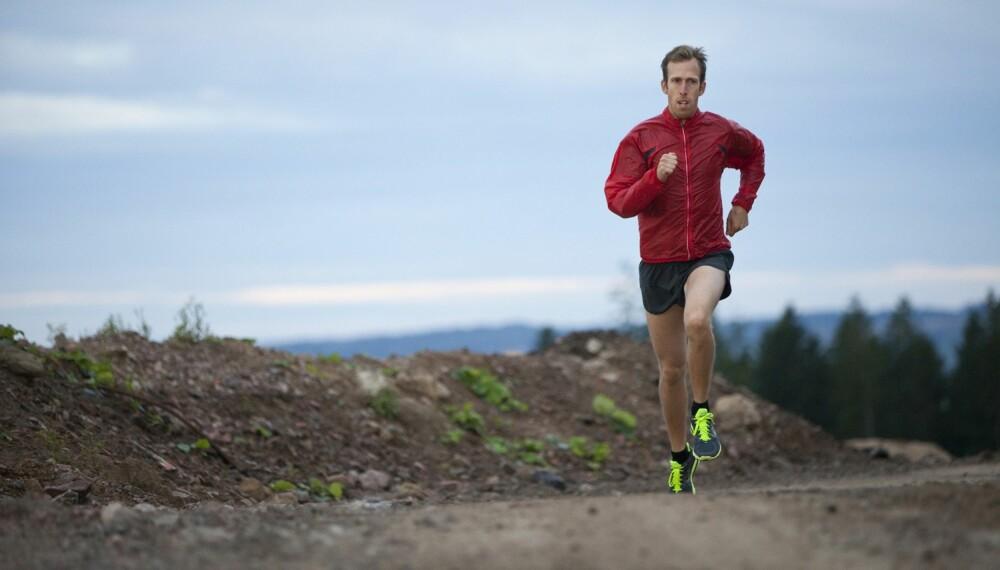 LØPEKLÆR OG LØPETILBEHØR: En god løpejakke kan være grei å ha, men er det for eksempel nødvendig å investere i en drikkesekk? FOTO: Getty Images