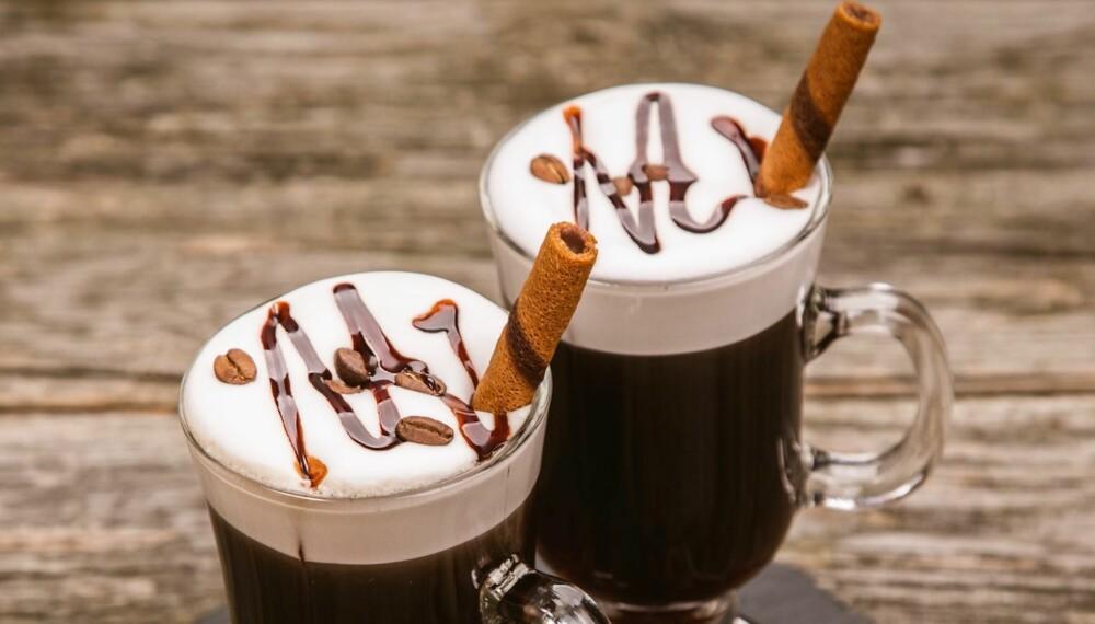 DEILIG OG VARMENDE: Få drinker passer bedre en kald og mørk høst- eller vinterkveld enn Irish coffee. Foto: Colourbox