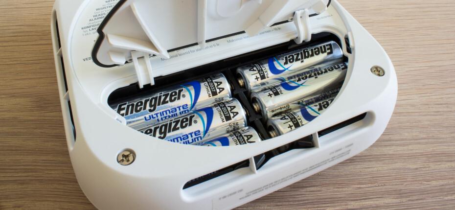 FEM ÅR: Seks batterier med lang levetid sikrer at det skal gå cirka 5 år mellom hver gang du trenger å skifte batterier på Nest Protect.