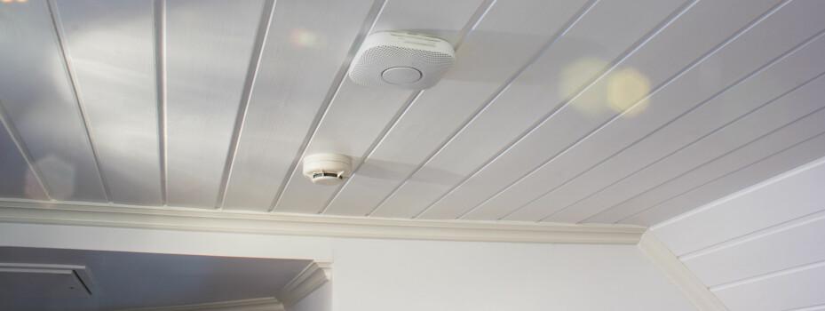 SMART MONTERING: Nest Protect festes til en plate som skrus i taket. Røykvarsleren kan vris cirka 60 grader i festet, noe som gjør at det er lett å få røykvarsleren parallelt med panel, veggen eller andre naturlige linjer.