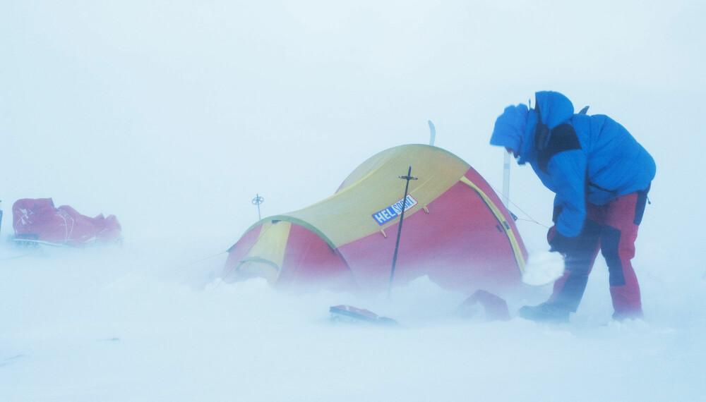 VINDFULLT: Min kompis Bengt Rotmo fikk for noen år siden prøvd flere teltmodeller i vindtunnel. Han observerte at de fleste telt står bra til rundt 25 m/s, mens mange begynner å få problemer rundt 28 m/s. Ved orkan (35 m/s) er det knapt noen telt som står.