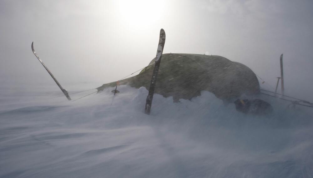 TUNNELTELTET: Tunnelteltet har lite projisert areal når vinden kommer inn fra kortenden. Her er vindretningen riktig og snøen er i ferd med å bygge seg opp rundt teltet. Det reduserer projisert areal ytterligere.