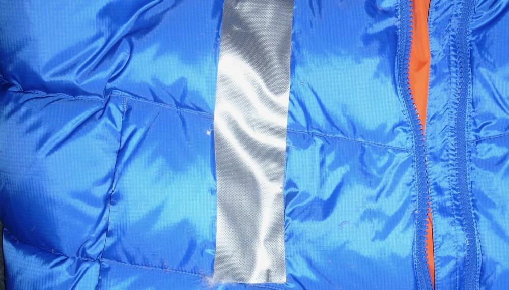 Quick fix: Får du ei lang rift i jakka, er det ofte enklest og best å sette en bit tape over det ødelagte området for å hindre at du mister dun. Om jakka er tørr før du setter på tapen, kan dette holde lenge. Kan utbedres senere.