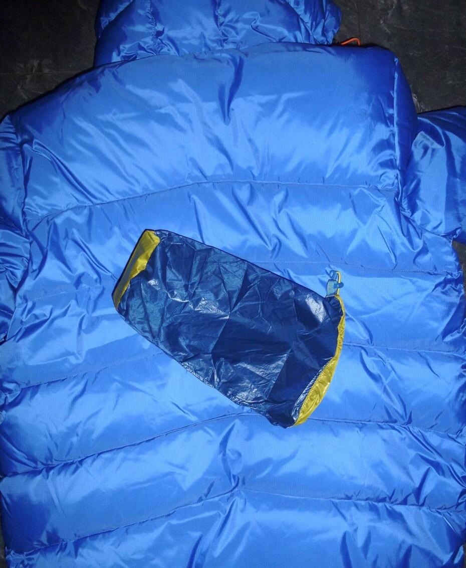 En utfordring: Store hull kan være en utfordring. Om du ikke har noe annet å ta av, må du ofre pakkposen til jakka eller fôret fra ei lomme. Om du har litt flaks, har lommefôret samme farge som jakken. Kutt pent og lim på.
