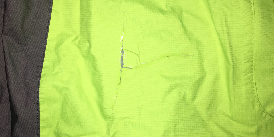 Når du har bedre tid, tilpasser du en så smal teipremse som mulig og teiper på innsiden av jakken. Påfør deretter et tynt lag blankt lim eller f.eks. Aquaseal på utsiden. Dette er en varig løsning. «Pustende» teip kan kjøpes.