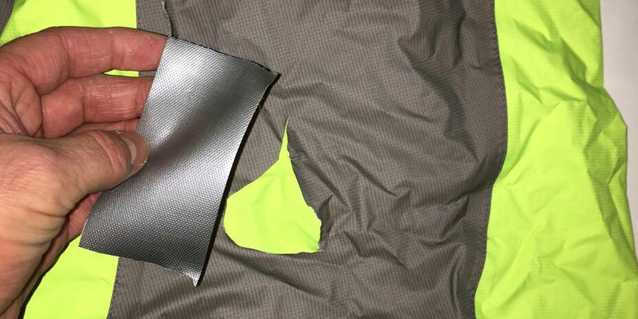 Større hull tettes i første omgang med teip. Beste varige løsning er å kjøpe et reparasjonssett fra en sportsbutikk eller produsent av jakken. Da kan du få lapper i samme farge som det ødelagte produktet. Festes med lim eller strykejern.
