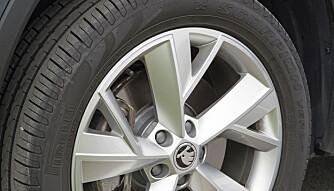 BRA: Hjulstøyen, også med sommerdekk på 19-tommersfelger, er bra dempet. (FOTO: Terje Bjørnsen)