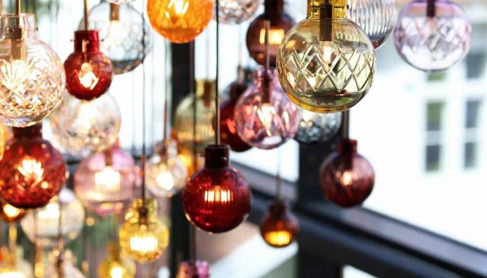 PREMIEN: Lampen Krystallkule med tre kuler i munnblåst og slipt krystall, Ø 200 mm. Du velger selv mellom mønstrene stor stjerne, kryss, skjær og Marie, og fargene sitrongul, stålblå, himmelblå, oransje, varmgul, kakao, kobber, grønn, rosenrød og aprikos. Du kan naturligvis henge lampene hver for seg, men de gjør seg også godt sammen i en gruppe. Lampene blir blåst og slipt på glassverket, leveringstid er ca. fire uker etter bestilling, frakt er inkludert.