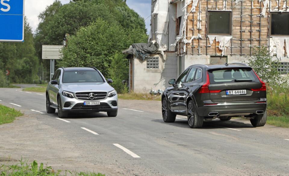 GRENSESKILLE: Velkommen til Norge, Volvo XC60! Her får du møte velstand og ruin, og den silkesmidige Mercedes GLC. (FOTO: Terje Bjørnsen)