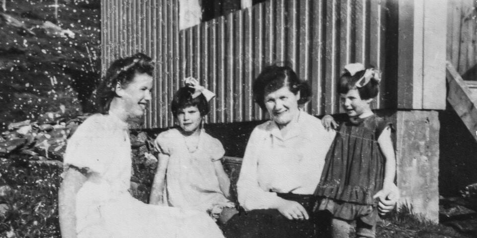 UTEN PAPPA: Her sitter Aslaug Arvesen foran huset på Andørja sammen med døtrene Annrid (født 1928), Solfrid (født 1935) og Lajla (født 1938). Bildet er tatt i anledning Annrids konfirmasjon i 1943. Da skulle det gå enda to år før faren kom hjem. FOTO: Privat.