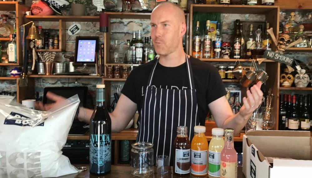Adam med noe av det som kan følge med en eske. Unntaket er den lokalt produserte gin-en. Det setter loven en stopper for.  FOTO: Mats Ulshagen