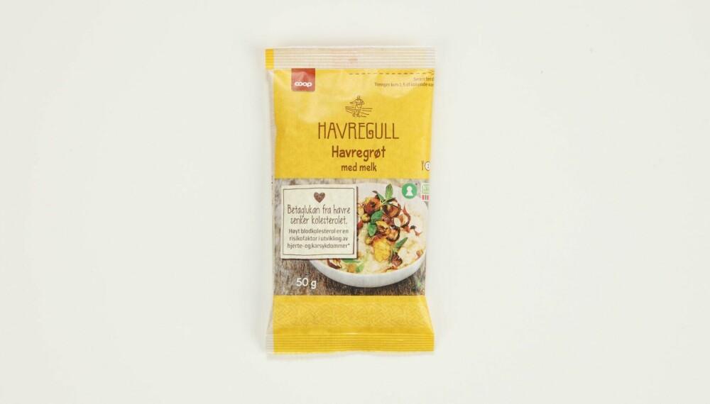 Coop Havregull havregrøt med melk  Produsent: Stangeland Mølle AS/Coop  Pris: Kr 7  Mengde tørrvare: 50 g  Næringsinnhold pr. porsjon:   Energi: 189 kcal  Fett/hvorav mettet: 3,9/0,7 g  Karbohydrater: 30 g  Hvorav sukkerarter: 2,2 g   Protein: 7,5 g  Kostfiber: 3,1 g  Salt: 0,2 g  Tilsatt sukker: Nei  Andel havre: 89,6 %  I denne varianten er det kun havregryn supplert med melkepulver og litt salt. Den har lite sukker, middels med protein – og uheldigvis det laveste fiberinnholdet. Lite salt.  Terningkast: 4 *** Local Caption *** Coop Havregull havregrøt med melk  Produsent: Stangeland Mølle AS/Coop  Pris: Kr 7  Mengde tørrvare: 50 g  Næringsinnhold pr. porsjon:   Energi: 189 kcal  Fett/hvorav mettet: 3,9/0,7 g  Karbohydrater: 30 g  Hvorav sukkerarter: 2,2 g   Protein: 7,5 g  Kostfiber: 3,1 g  Salt: 0,2 g  Tilsatt sukker: Nei  Andel havre: 89,6 %  I denne varianten er det kun havregryn supplert med melkepulver og litt salt. Den har lite sukker, middels med protein – og uheldigvis det laveste fiberinnholdet. Lite salt.  Terningkast: 4 --------------------------- Oslo/studio 20170306;  Shape-Up  Hjemmet  Klikk.no  Tester  Havre  Havreblandinger    Oslo/studio 06032017;  Shape-Up  Hjemmet  Klikk.no  Tester  Havre  Havreblandinger