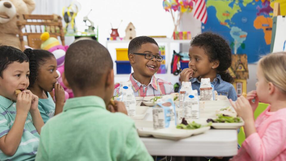MAT I BARNEHAGEN: Slik blir maten i barnehagen både god og næringsrik for barna. Vi gir deg tips til bra mat å servere i barnehagen. FOTO: Getty Images.