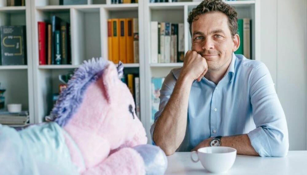 Olav Brostrup Müller (40) er ny spaltist i Kamille. Han jobber som kultursjef på Lillehammer, der han bor med kone og to barn. Han har skrevet boka Kjedet enebolig – rapport fra provinsen, en personlig fortelling om å slå seg til ro i livet.