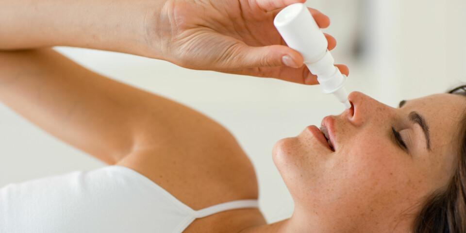 LEGENES RÅD MOT TETT NESE: En tett nese oppstår når slimhinnene hovner opp, noe som skyldes ulike årsaker. Bruk av nesepray er en av rådene fra legene. Foto: Getty Images