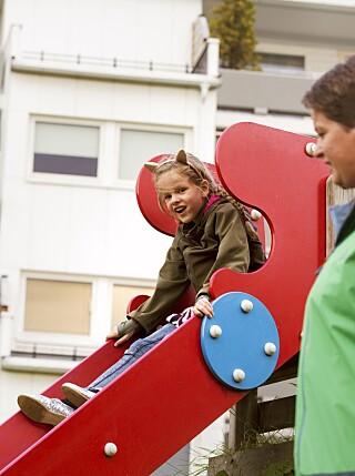 Maria og Gry på lekeplassen på Blydstadlia, hvor Maria har et rolig og fint liv. FOTO: Gry Traaen.