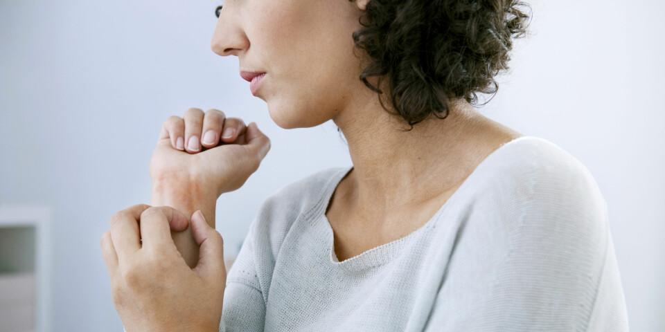 ATOPISK EKSEM HOS VOKSNE: Symptomene på atopisk eksem er kløe og tørr hud, og eksemet kan like fullt oppstå i voksen alder - sett at du har en arvelig disposisjon for sykdommen. Foto: Gettyimages.com.