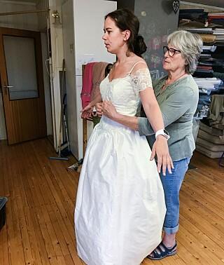 BRUDEKJOLEN: Therese giftet seg i fjor sommer. Brudekjolen hennes var det fostermor Kari som sydde. Foto: Privat
