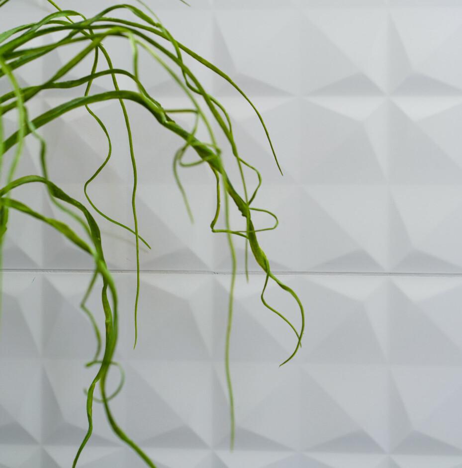Ønsker du er stramt bad i nøytrale farger, kan du skape spenning ved å velge fliser med tekstur. Disse ser nærmest ut som brettet papir. De heter Diamond og er fra Venis/Fagflis. Foto: Espen Grønli