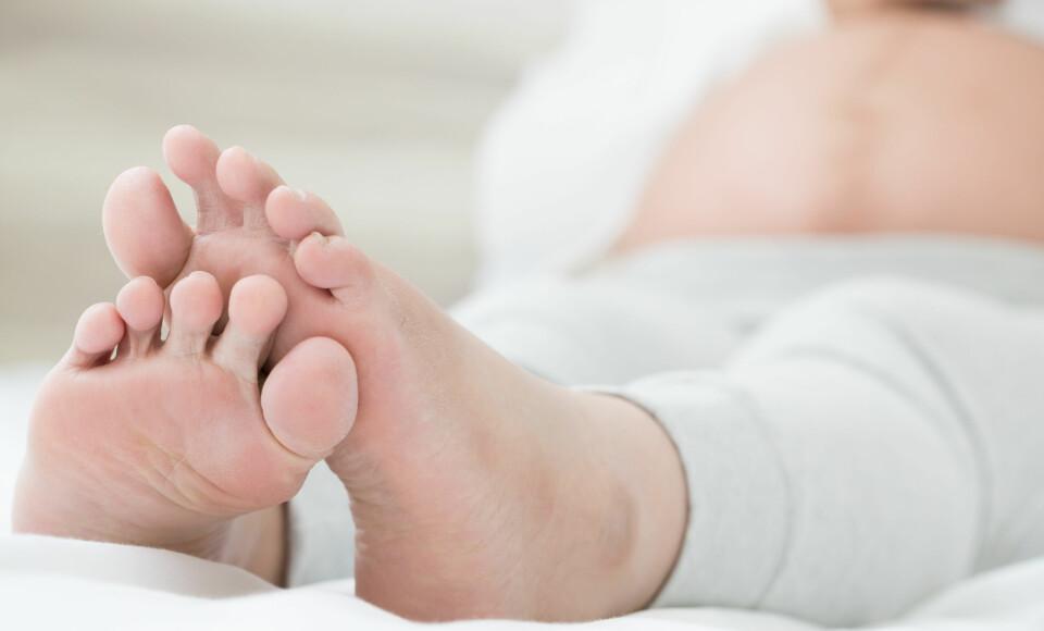 VANN I KROPPEN GRAVID: Hovne bein og ankler oppstår ofte når du har mye vann i kroppen i svangerskapet, noe som er en ubehagelig men ufarlig tilstand. FOTO: Getty Images.
