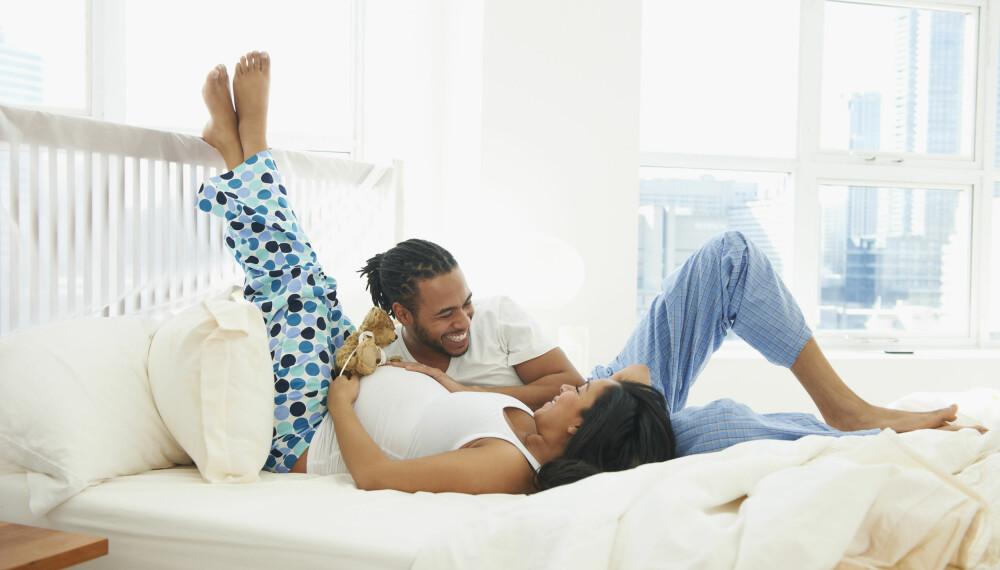 GRAVIDPLAGER: Å ligge med beina høyt når du har muligheten, kan forebygge blant annet åreknuter. Her er de vanligste gravidplagene, og hvordan du kan håndtere dem. FOTO: Getty Images.