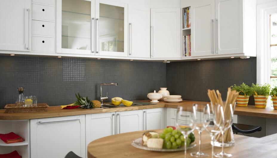 BYTTE KJØKKENFRONTER: Med nye fronter eller kun litt lys maling på frontene kan du gi kjøkkenet ditt nytt liv uten å blakke deg.