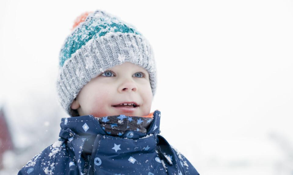 """BARN OG KULDE: Er du i den minste tvil om at det er for kaldt ute for den lille, skal dere bli inne. Dette er likevel """"regelen"""" for når gradestokken viser for kaldt. FOTO: Getty Images."""