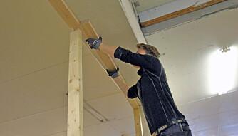 SNEKKERTIPS 2: Deretter legger man svillen opp på stenderen som er satt opp mot veggen, samt en stender som man allerede har festet i bunnsvillen. Ved å justere vinkelen på den bakre, skråstilte stenderen vil man kunne presse svillen opp i taket og lett etterjustere den.