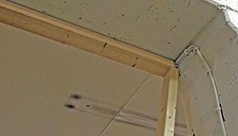 SNEKKERTIPS 1: Dersom du er alene om jobben med å bygge lettvegg kan det være en utfordring å feste taksvillen. Tipset fra Mats Hatlebakk er å lene en stender opp mot den ene veggen og bruke den som støtte for taksvillen.