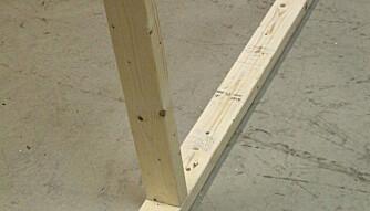 FESTING AV SVILLER: Plassering av lettvegg på et betonggulv krever at man borer hull til betongplugger, og man bør legge tjærepapp mellom gulvet og bunnsville, en såkalt svillemembran, for å unngå at fuktighet trekker opp i svillen.