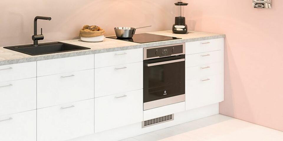 KOMFYR: De fleste komfyrer i dag selges med separat topp og ovn, slik at du kan velge å plassere ovnen i arbeidshøyde om du vil.