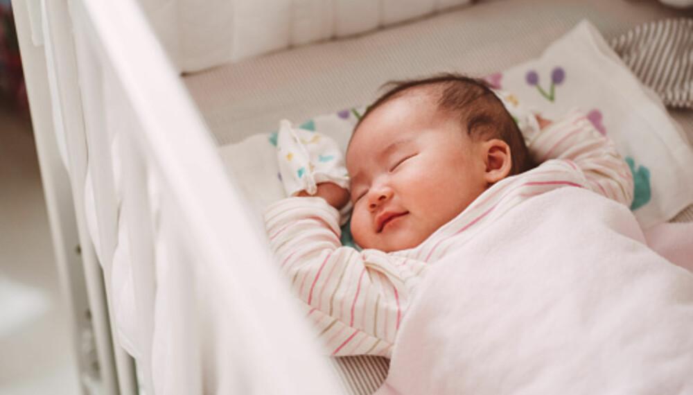 BABY SOVE PÅ EGET ROM: - Det er ingen absolutt nedre grense, men jeg ville tenkt meg nøye om før jeg la et nyfødt barn, eller et lite spedbarn på eget rom, sier forfatter og barnepsykolog Elisabeth Gerhardsen. Foto: Getty Images.