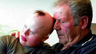 NÆRHET: Nesten hver eneste torsdag er Helene hos farmor og farfar. Sangkos på farfar Arne Tore Svantesens fang er noe av det aller beste Helene vet.